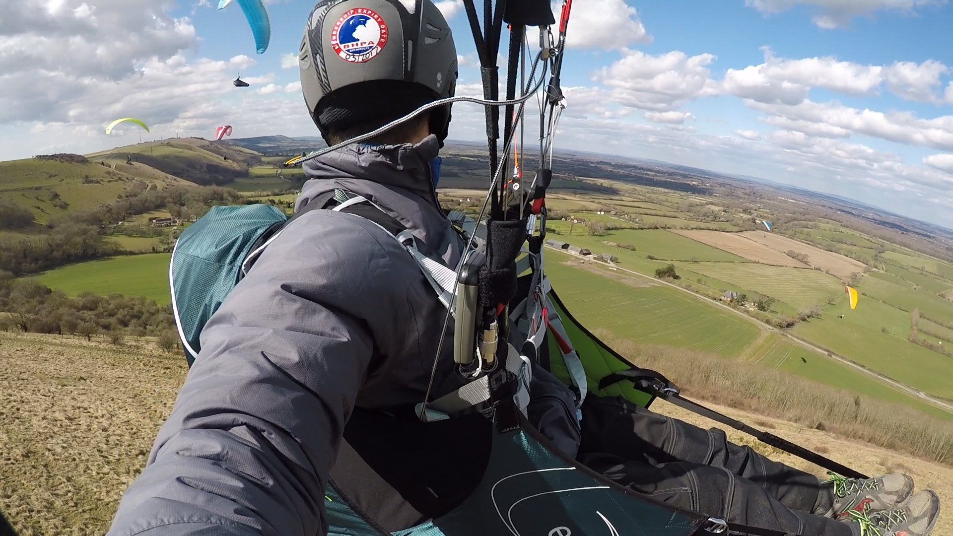 How to fly in paragliding traffic: look first